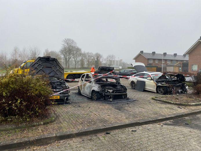 Flink beschadigde auto's na een brand van vannacht.