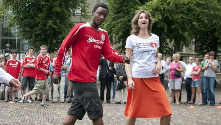 Mauro Manuel tijdens een potje voetballen met Tofik Dibi (GroenLinks) en Sharon Gesthuizen (SP) Beeld anp