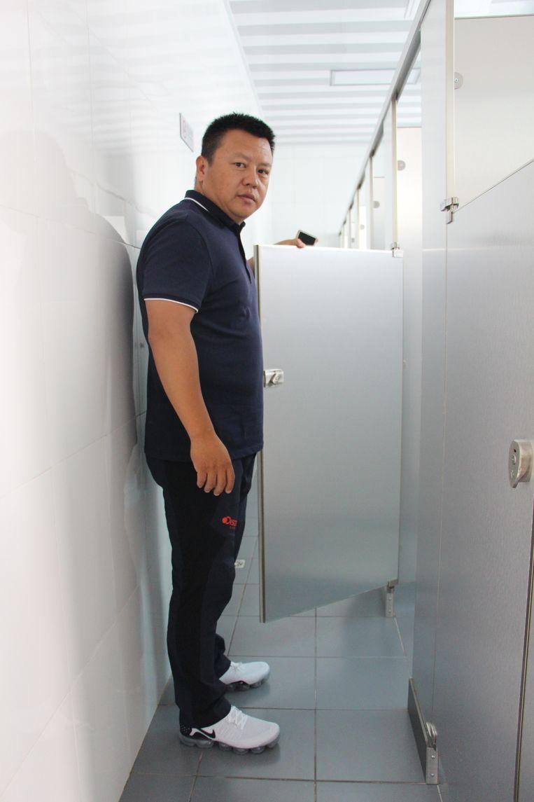 Kang Yong bij de nieuwe toiletten. Beeld Leen Vervaeke