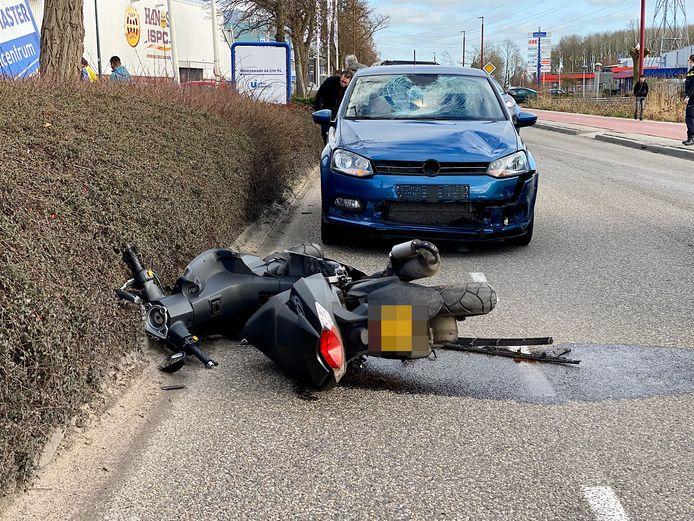 Bij zowel de auto als scooter is flinke schade te zien