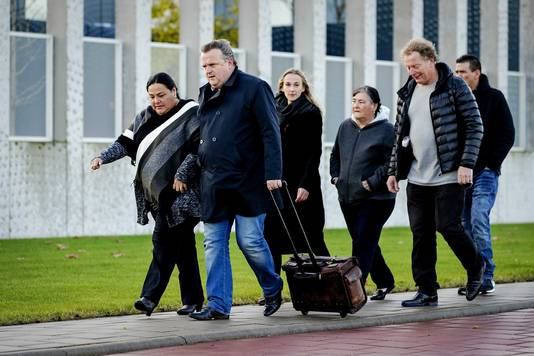 Archiefbeeld ter illustratie: Advocaat Richard Korver komt met de nabestaanden (links de zus en moeder) van Mitch Henriquez, aan bij het Justitieel Complex Schiphol