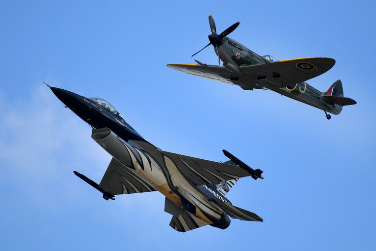 De Belgische F-16 (links) en de Supermarine Spitfire (rechts) tijdens de Belgian Air Force Days in Peer. Beeld BELGA