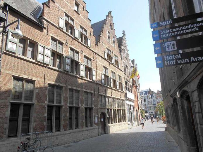 De buitenkant van de voormalige Lierse stadskantoren. De gemeenteraad zette het licht op groen voor de verkoop.