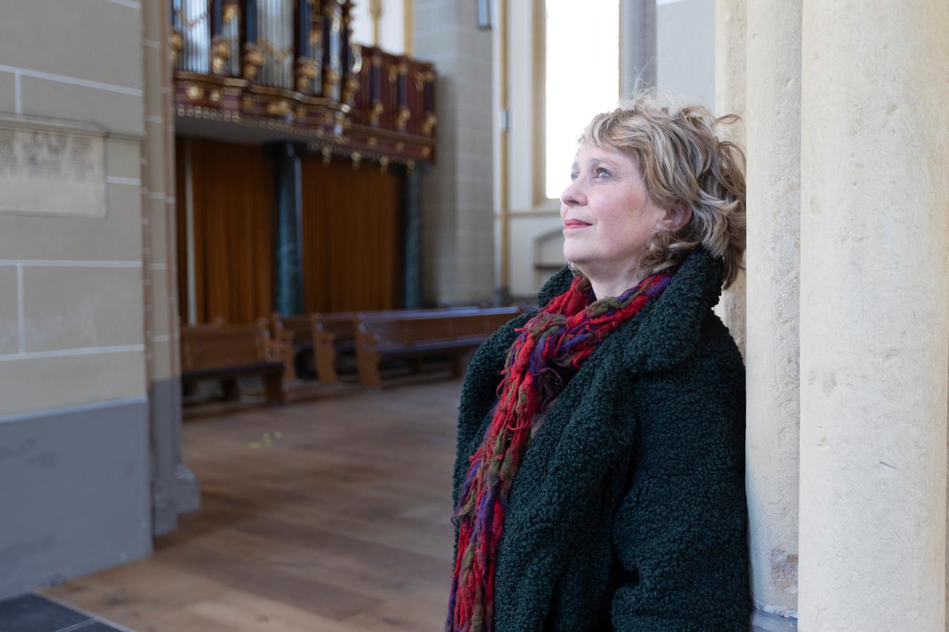 TT-2021-8311 - Zutphen - Zangeres Johannette Zomer uit Wierden zingt in een lege kerk het Stabat Mater van Pergolesi ivm opname onlineconcert. We spreken haar nav de passietijd die nu begint. Ze moet daarvan leven, maar loopt nu voor de tweede keer alle inkomsten mis.