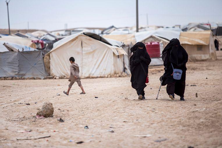 De Koerdische autoriteiten houden in het Noord-Syrische kamp al-Hol duizenden verdachte IS-vrouwen en kinderen vast. Beeld AP