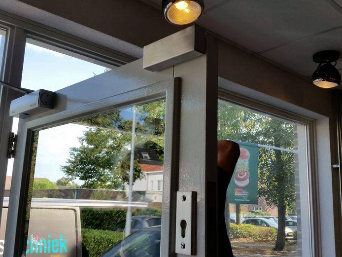 Bij twaalf cafetaria's in Tilburg, Oisterwijk en Hilvarenbeek zit sinds deze week een magneetslot op de deur.
