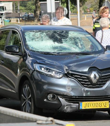 Auto ramt verkeersbord en hectometerpaal uit de grond op A1 bij Holten