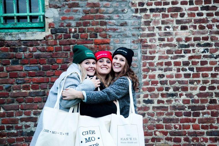 Yelka, Chloë en Lana Ockerman ontwierpen mutsen en draagtassen om hun overleden vader te eren.