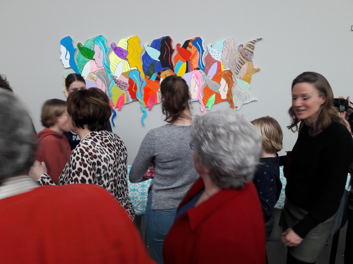 Publiek bekijkt het door powervrouwen en powermeisjes gemaakte kunstwerk voor Internationale Vrouwendag in Hilvarenbeek