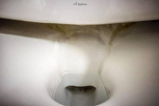 Een toilet met aanslag onder de rand.