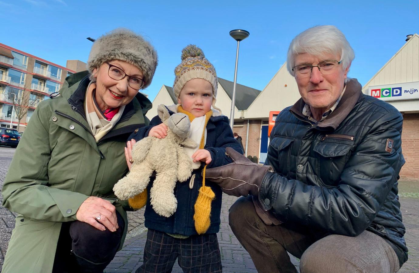 Ietie en Arend Verbruggen met hun kleinzoon Maxime (2). En natuurlijk Apie.