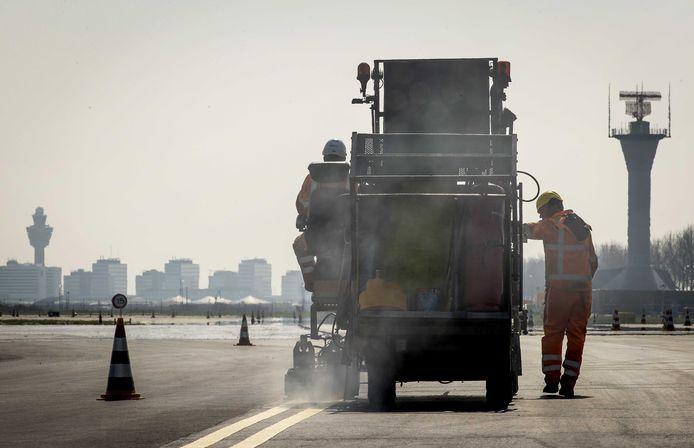 Onderhoudswerk van Heijmans aan start en landingsbanen van Schiphol