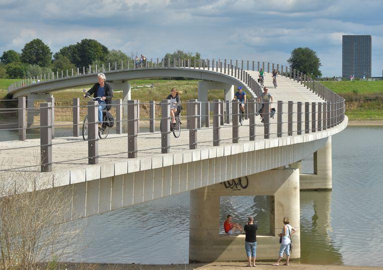 De Gezondheidsraad stelt dat mensen 2,5 uur per week 'matig intensief' moeten bewegen, zoals bij wandelen of fietsen. Meer dan de helft van de Nederlanders haalt dat niet. Beeld Hollandse Hoogte / Frank Muller / Zorginbeeld