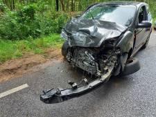 Auto's klappen frontaal op elkaar in Heilig Landstichting: vrouw raakt gewond