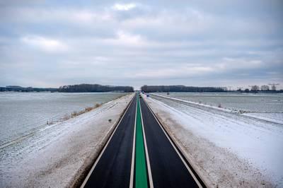 Wat is het gevaar op het asfalt met de groene streep?