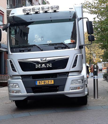 Vrachtwagen in centrum Nijverdal staat enige tijd vast op verzinkbare paal