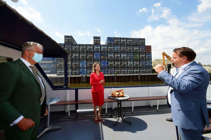 Wethouder Jeroen de Lange(r) legt uit aan demissionair minister Cora van Nieuwenhuizen en burgemeester Frank Petter waarom de Theodorushaven van belang is. 'Bedrijven investeren hier de komende jaren voor 300 miljoen'.  Zo zijn er plannen voor containerterminals.