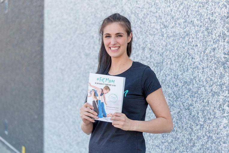 Delphine Steelandt met haar boek '#fitmom'.