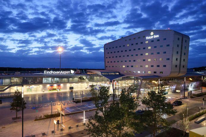 Eindhoven Airport in de avond.