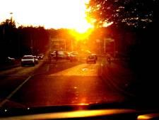 Heb jij in je auto ook zo'n last van die laagstaande zon? Dit kan je eraan doen!
