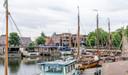 De woonschepen mogen blijven liggen, maar verder moet alle boten en bootjes per 23 augustus weg zijn uit de Vissershaven, ook de Zwerver hier vooraan. Echtpaar Van Putten kan acht maanden naar een ligplaats aan de boulevard.