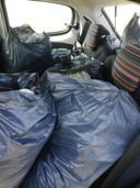 Acht volle vuilniszakken na een half uurtje afval prikken.