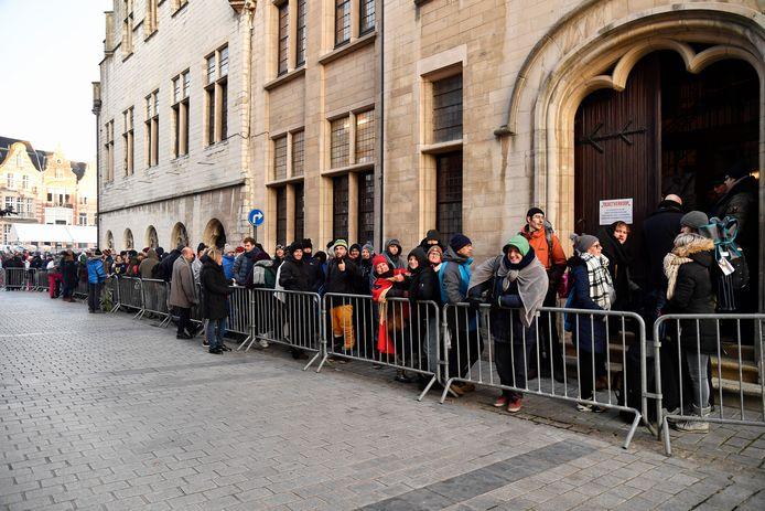 Stelselmatig worden de wachtenden in het stadhuis binnen gelaten. De rij is lang.