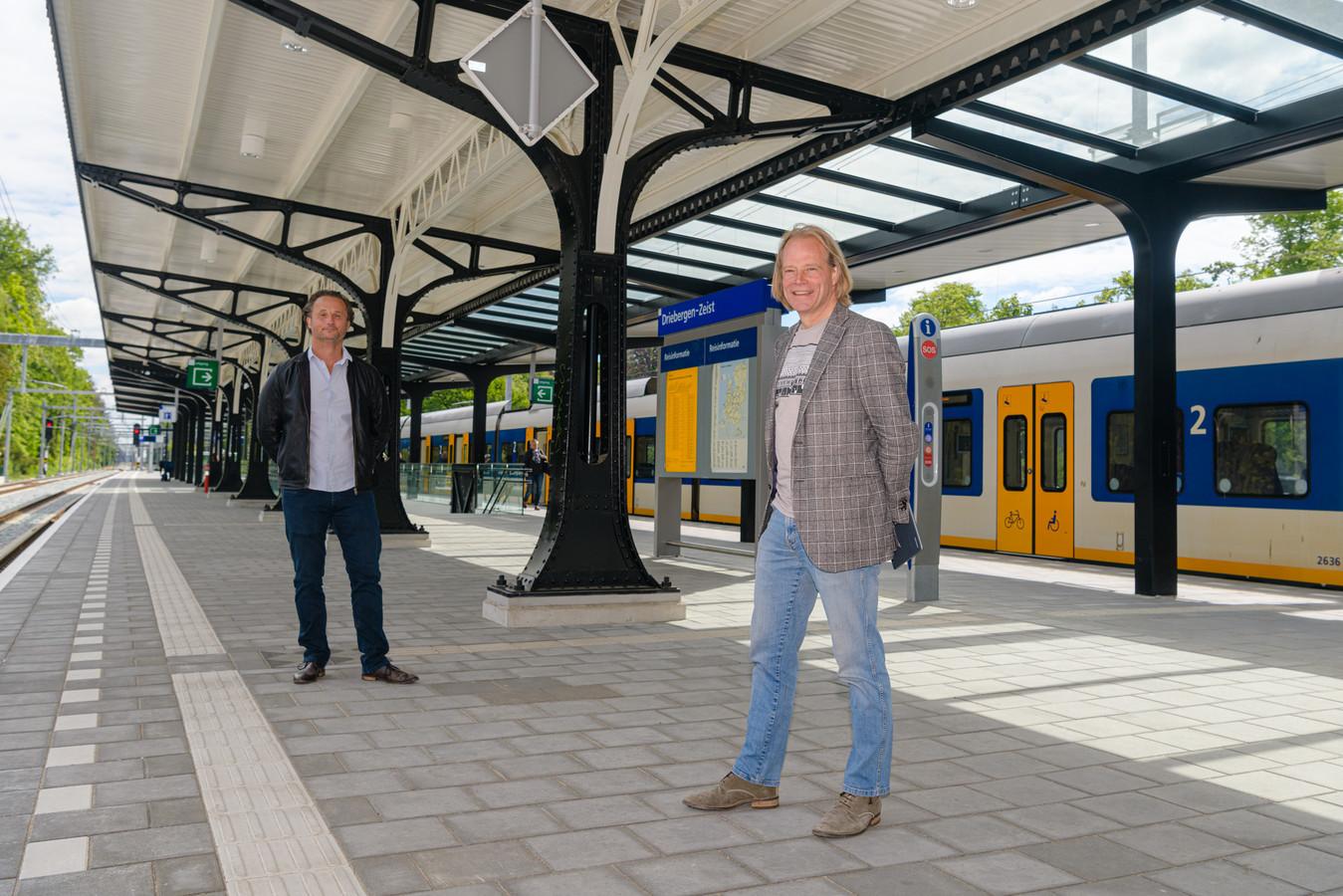 Architect Luc Veeger (r) en Jeroen Eulderink van Arcadis zijn enthousiast over het voltooide station.