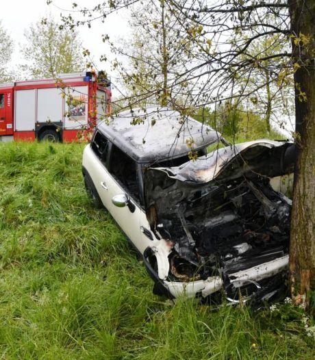 Auto in brand op Rijksweg bij Schoondijke, bestuurder lichtgewond