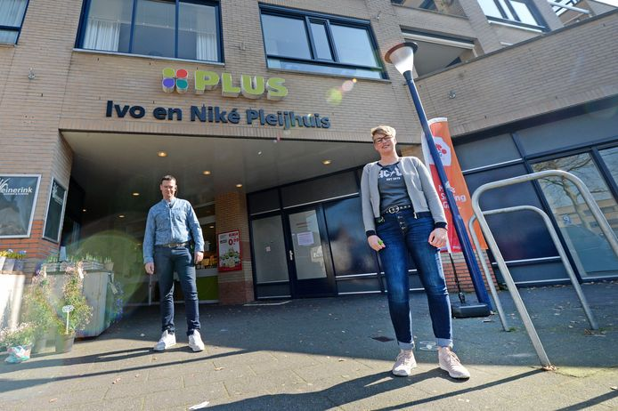 """Ivo en Niké Pleijhuis bij hun supermarkt in het centrum van Tubbergen. """"Als ik mijn medewerkers niet bescherm kan ik volgende week de deur wel dichtdoen"""", zegt Niké."""