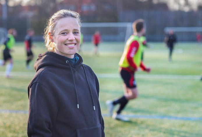 Félicienne Minnaar op het veld van HBS, waar ze de jeugd traint.