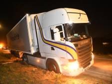 Vrachtwagen raakt vast in berm na uitwijkmanoeuvre in Moerkapelle