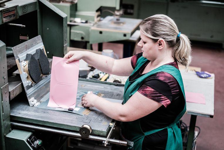Productie van mondmaskers bij het bedrijf Vinya. Beeld Bob Van Mol