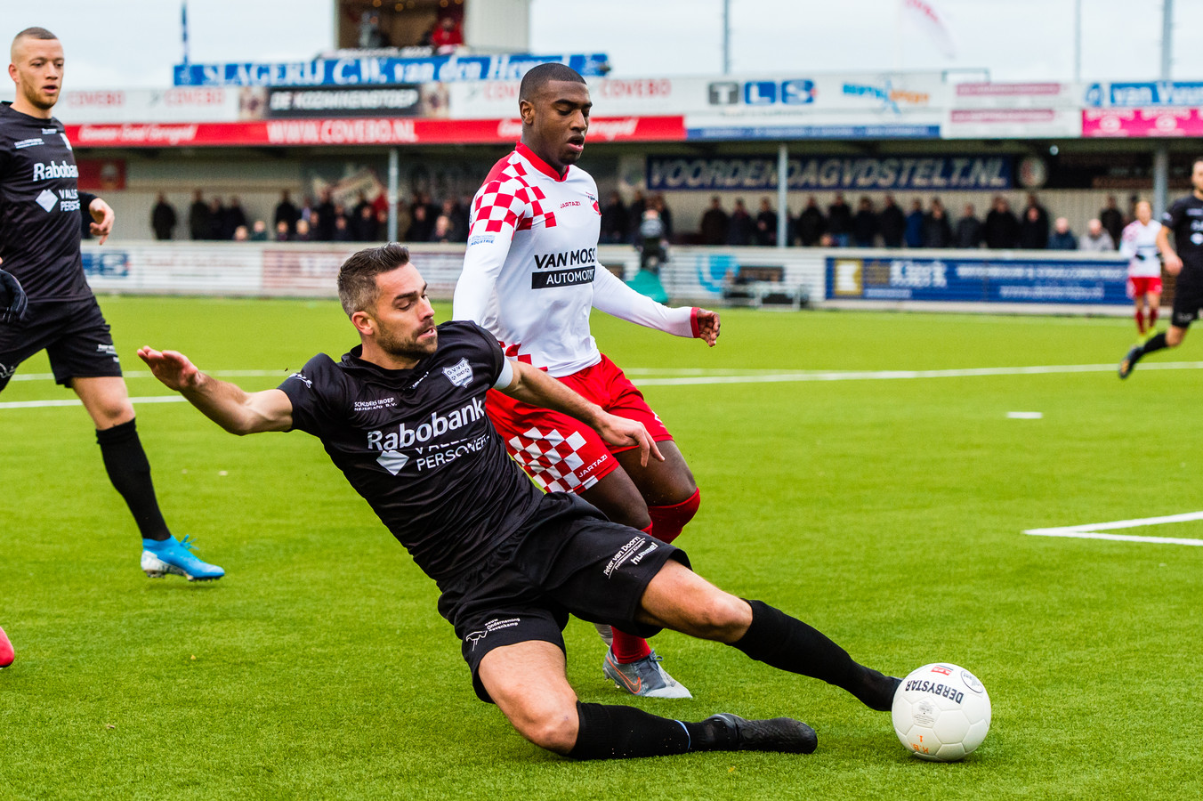 Wilco de Hartog (links) haalt namens GVVV de bal weg voor Tyrone Conraad die twee keer scoorde voor Kozakken Boys.