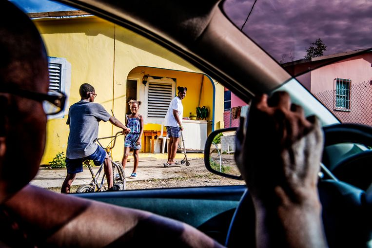 Christina Hodge in haar auto tijdens een rondrit door 'haar' wijk. Vandaag deelt ze bonnetjes aan kinderen uit, voor een kerstdiner in de buurtschool. Beeld niels markus