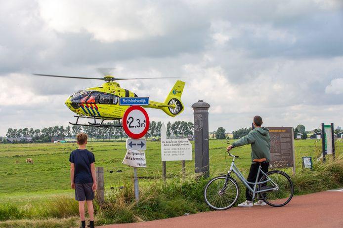 Een traumahelikopter veel bekijks in Vinkeveen. De piloot landde in het dorp vanwege een medische noodsituatie.