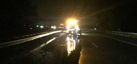 Auto's tegen vangrail op A28 bij Nijkerk na regenbui