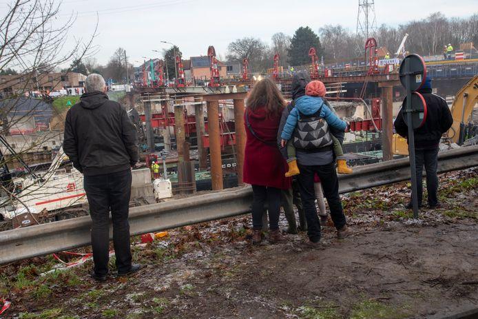 Kijklustigen volgen de werken in Merelbeke.