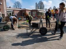 Sjouwen met trottoirtegels voor groener speelplein in Tilburg