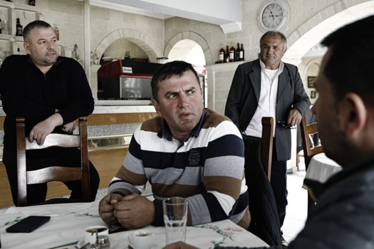 Olsi Nika (uiterest recht) van EcoAlbania praat met bewoners uit het dorpje Qeserat. Beeld Daniel Rosenthal