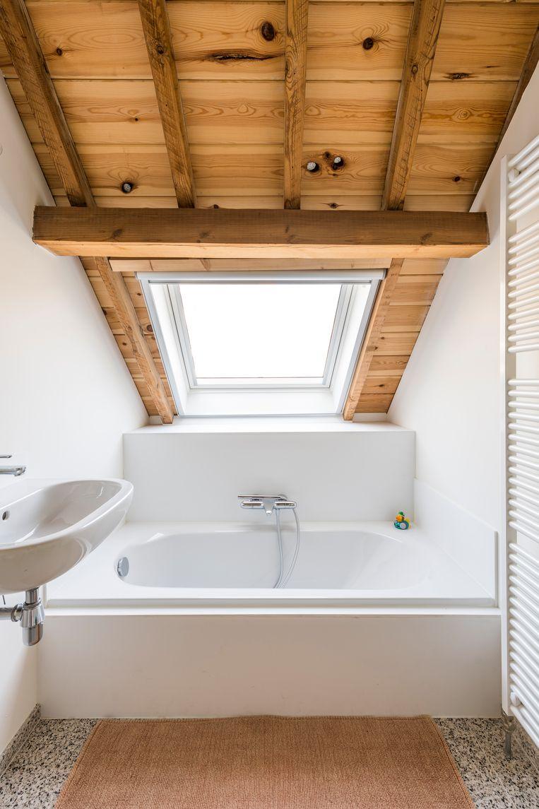 Gert zette de originele dakspanten extra in de verf door ze af te werken met houten planchetten.   Beeld Luc Roymans