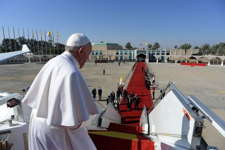 Paus Franciscus op het vliegveld van Bagdad, aan het eind van zijn bezoek aan Irak. Beeld AFP