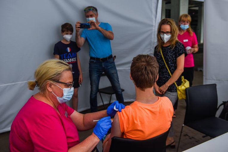 In Polen worden kinderen vanaf 12 jaar al gevaccineerd, zoals hier in een stadion in Wroclaw. Beeld Getty Images