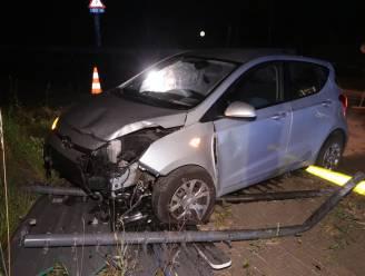 Auto met vier inzittenden belandt bovenop rotonde op parallelweg E34
