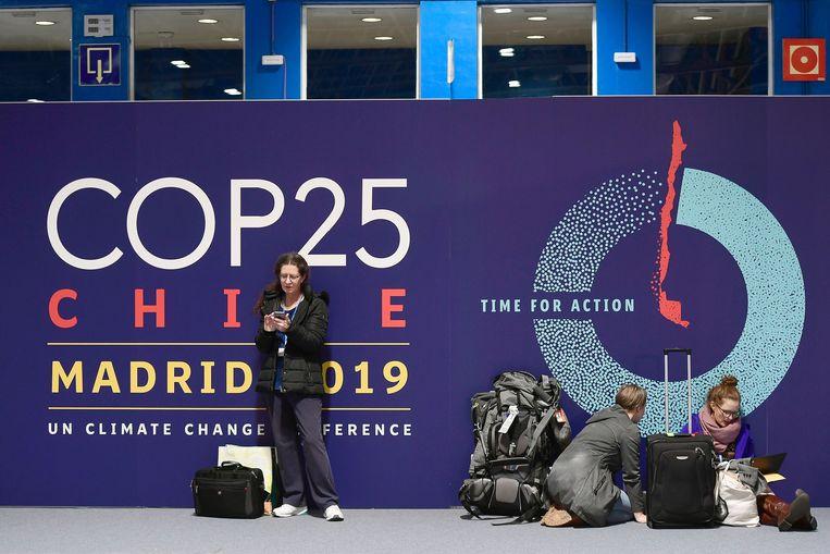 Mensen wachten bij de hallen in Madrid waar de COP25 wordt gehouden.