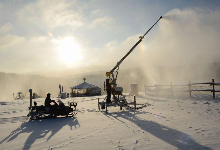 Een sneeuwpistool in Neuastenberg, Duitsland. Beeld AFP
