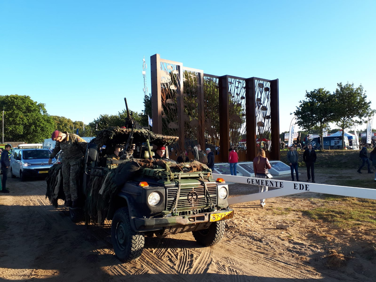 Het nieuwe herdenkingskunstwerk of landmark Vensters op het verleden op de Ginkelse Heide trok zaterdagochtend  al meteen veel bekijks
