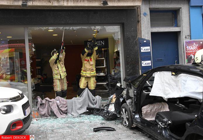 De brandweer verwijderde het achtergebleven glas van de vitrine.