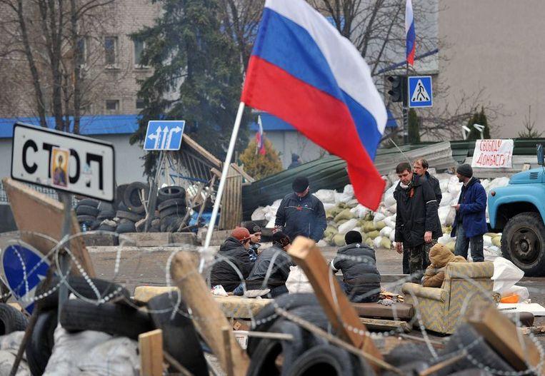 Separatisten voor het bezette gebouw van de veiligheidsdiensten in Luhansk. Beeld AFP