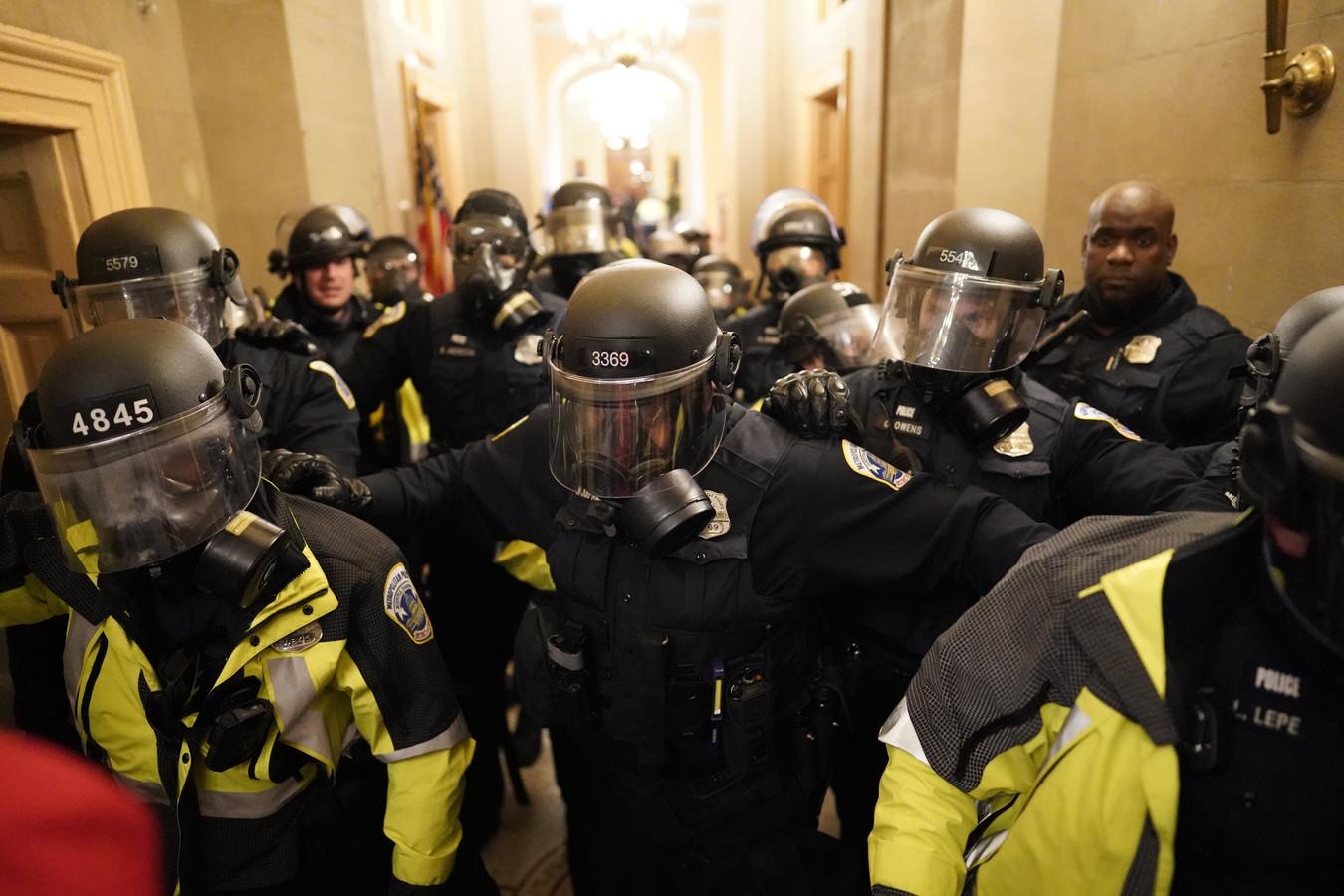 Politieagenten tijdens de bestorming van het Capitool (archiefbeeld)